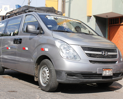 Golden Tours RentaCar minivan color gris